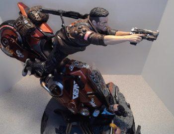Figurka z kolekcjonerki Cyberpunk 2077 na nowym materiale filmowym